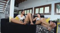O chat de sexo pega fogo com duas morenas gostosas