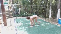 Emme White se alonga nua em vídeo pornô