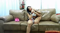 Rebeca Rios provoca assinantes brincando com o consolo usando os pés