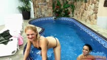 Gaby e Nanda sensualizando nuas na piscina
