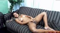 Cris Lira geme de prazer assistindo filme porno e se masturbando