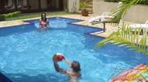 Safadas de biquíni curtem a piscina da Casa das brasileirinhas