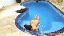 Gostosa relaxando nua na piscina, que delícia!