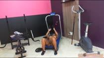 Emily Brasil fazendo academia peladinha na casa, que beleza