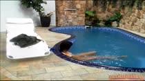 Thaina tira a roupa e vai nadar na piscina da casa