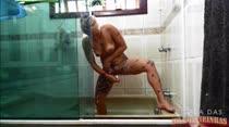 Loira gostosa tomando banho peladinha e depilando a bucetinha