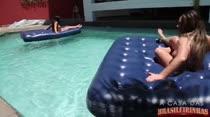 Alessandra Marques e Suzie Slut nadam nuas na piscina das Brasileirinhas
