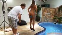 Ensaio fotográfico ao ar livre: pelada na piscina!