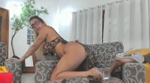 De camisolinha, a pornstar Mia Linz se exibiu para os assinantes da Casa