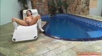 Nick goza gostoso se masturbando na piscina