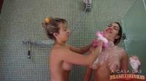 Gostosas dividem chuveiro na Casa das Brasileirinhas