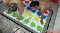 As nossas gostosas brincaram de Twister peladinhas!
