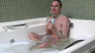 Juju Doidera curtindo a banheira da Casa das Brasileirinhas