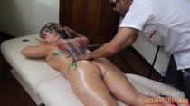 Cibelle ganha massagem erótica do moderador!
