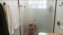 Loira da casa Alexia tomando banho e se depilando ao vivo
