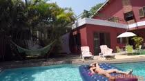 Gostosa se diverte na piscina da Casa