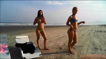 Ao vivo na praia, Gaby e Cris dançando feito cachorras do funk