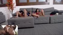 Lanna e Rafaela curtiram um filme pornô na Casa das Brasileirinhas