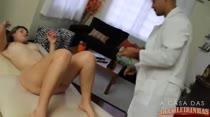 Nayra recebe a famosa massagem erótica do moderador, confira!