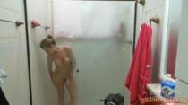 Tessalia brinca com os peitinhos durante o banho, confira