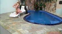 Loira tocando siririca ao vivo na piscina