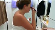 Anita Peron se depila ao vivo e esfrega a bunda gostosa no box do banheiro