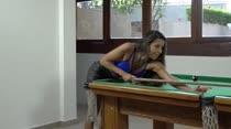 Safira Prado e Amanda Souza jogaram sinuca tirando a roupa