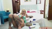 Gostosa pinta as unhas na Casa das Brasileirinhas