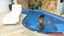 Mulatinha relaxa pelada na piscina da Casa das Brasileirinhas