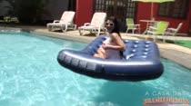 Gostosa exibe seios em atividade na piscina da Casa