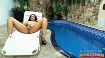 Nanda rabuda se masturbando na piscina da casa