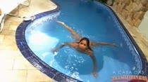 Mila está peladinha na piscina e provoca ao vivo os internautas