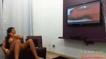 Cléo assiste um filme porno da Brasileirinhas e fica louquinha de tesão