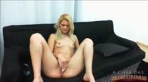 A nova loira Gaby se masturba ao vivo gostoso na Casa!