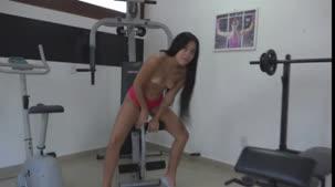 Pocahontas caprichou no treino sensual na Casa das Brasileirinhas