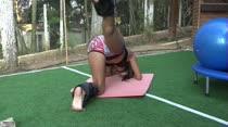 Safira Prado deu uma aula de pilates na Casa das Brasileirinhas