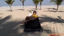 Laisa tomando um sol na praia dançando funk
