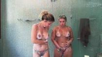 Lilith Scarlett e Ester Mancini peladinhas em banho sensual