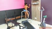 Mulheres peladas na academia na Casa das Brasileirinhas