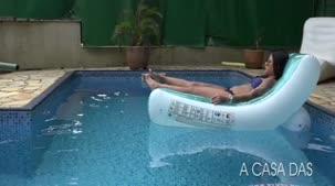 Hora de curtir a piscina e tomar sol com Amanda Souza