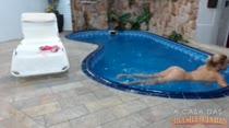 Hora de relaxar peladinha na piscina. Clique e veja Carol