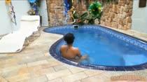 Monique relaxando peladinha na piscina da casa