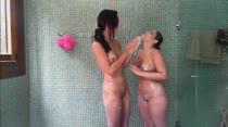 Novinhas dividem chuveiro na Casa das Brasileirinhas