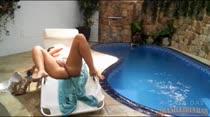 Prazer em detalhes com Alexia Prado mostrando tudo na piscina