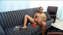 Loira gostosa se masturba ao vivo na sala, ela toca siririca até gozar