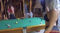 Nina Lins e Amanda Borges se desafiaram no jogo de sinuca e acabaram peladinhas