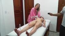 Uma loira gostosa massageando a outra em vídeo pornô