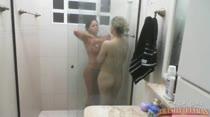 Banho juntinhas na Casa das Brasileirinhas