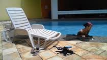 Mila Spook passa protetor solar peladinha a beira da piscina