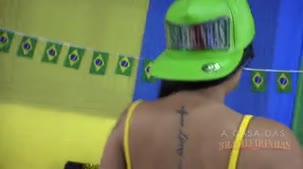 Amanda Souza dançando funk na Casa das Brasileirinhas